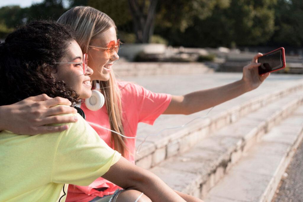 2 adolescenti in posa per scattarsi un selfie